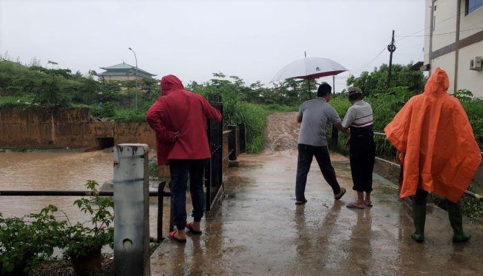 Ketua Komisi III DPRD Kepri, Widiastadi Nugroho Saat Meninjau Lokasi Banjir