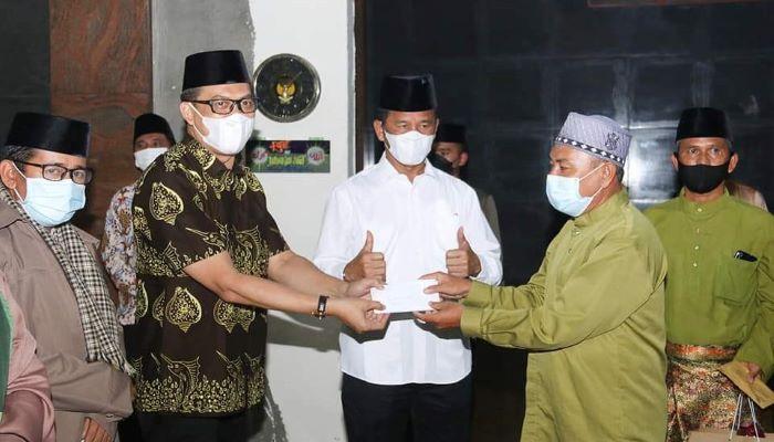 Penyerahan Bantuan Secara Simbolis ke Salah Satu Masjid