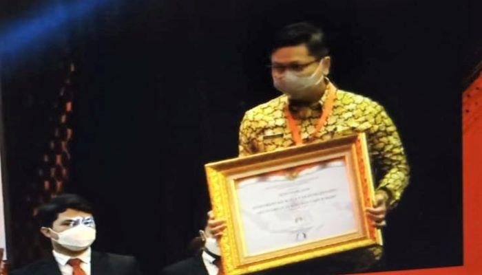 Sekdako Tanjungpinang, Teguh Saat Menerima Penghargaan SAKIP