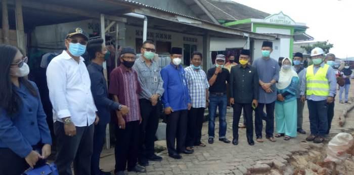 Wakil Ketua II DPRD Kota Tanjungpinang, Hendra Jaya Bersama Komisi III DPRD Kota Tanjungpinang Saat Meninjau Lokasi Jalan Warga Yang Rusak