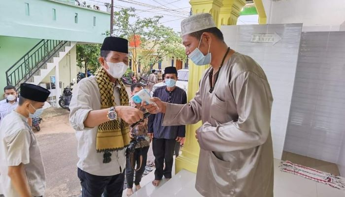 Wakil Walikota Batam, Amsakar Saat Disambut Pengurus Masjid