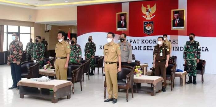 Wali Kota Batam, Muhammad Rudi dan Wakil Wali Kota Batam, Amsakar Bersama Forkompinda Sebelum Rapat Dengan Presiden