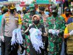 Wali Kota Tanjungpinang, Rahma Saat Membagikan Masker