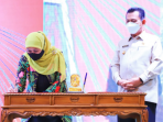 Gubernur Jawa Timur, Hj Kofifah Indar Parawansa Saat Menandatangani Koerjasama