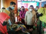 Gubernur Kepri, H Ansar Ahmad Bersama Gubernur Jawa Timur, Hj Kofifah Indar Parawansa Saat Meninjau Produk Kepri