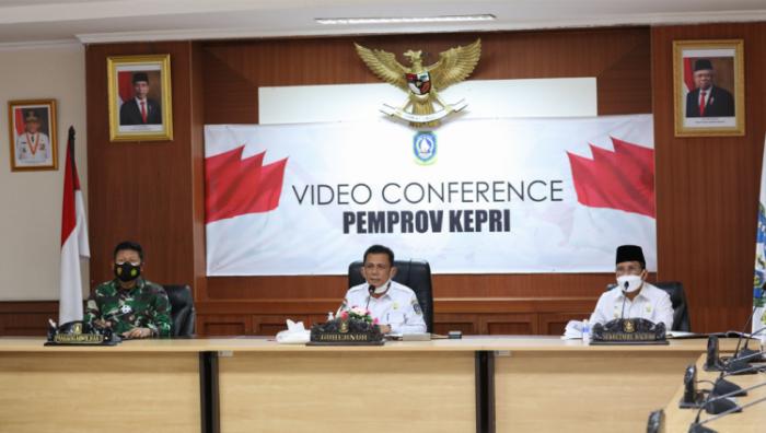 Gubernur Kepri, H Ansar Ahmad Didampingi Sekdaprov Kepri Arif Fadillah Saat Rapat