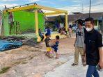Wakil Wali Kota Batam, Amsakar Saat Meninjau Rumah Warga Terkena Angin Puting Beliung