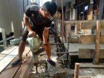 Salah Seorang Pekerja Saat Mengerjakan Pelantar Mutiara I