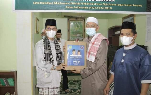Wakil Wali Kota Batam Amsakar Achmad Saat Menyerahkan Bantuan