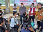 Ketua Komisi III DPRD Kepri, Widiastadi Saat Berbincang Dengan Calon Penumpang