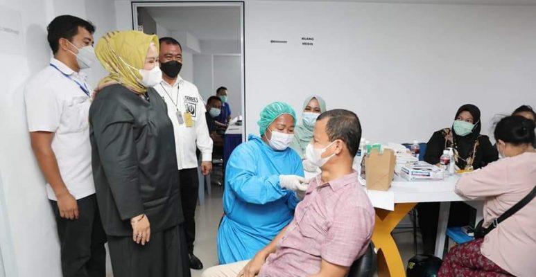 Wakil Gubernur Kepri, Marlin Saat Meninjau Pelaksanaan Vaksinasi