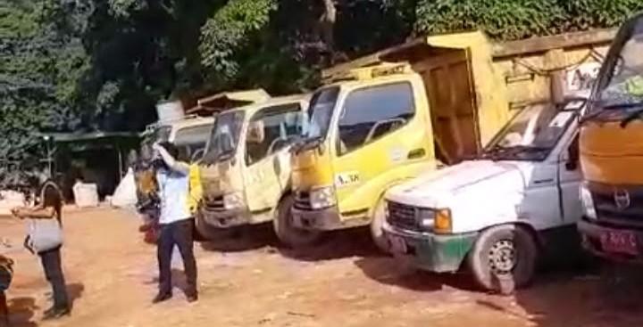 Anggota DPRD Kota Batam Saat Meninjau Kendaraan Pengangkut Sampah