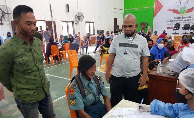 Wan Arismunandar saat melihat proses vaksinasi pada sore harinya