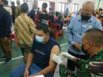 Wan Arismunandar saat melihat proses vaksinasi pada pagi hari