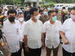 Menteri Airlangga Bersama Walikota Batam, Rudi Saat Meninjau Vaksinasi
