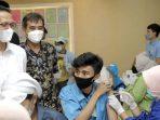 Wakil Wali Kota Batam, Amsakar Saat Meninjau Vaksinasi