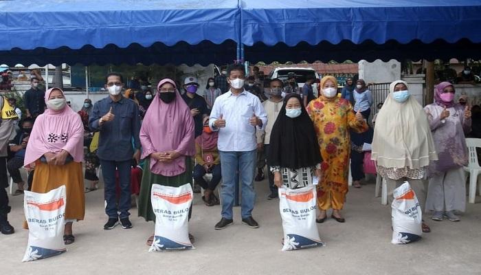Foto Bersama Usai Penyaluran Bantuan Beras