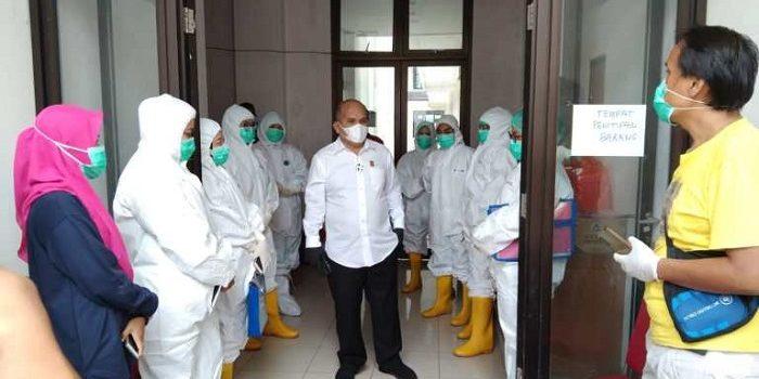 Ketua Komisi I DPRD Natuna, Wan Arismunandar saat tiba di ruang isolasi terpadu