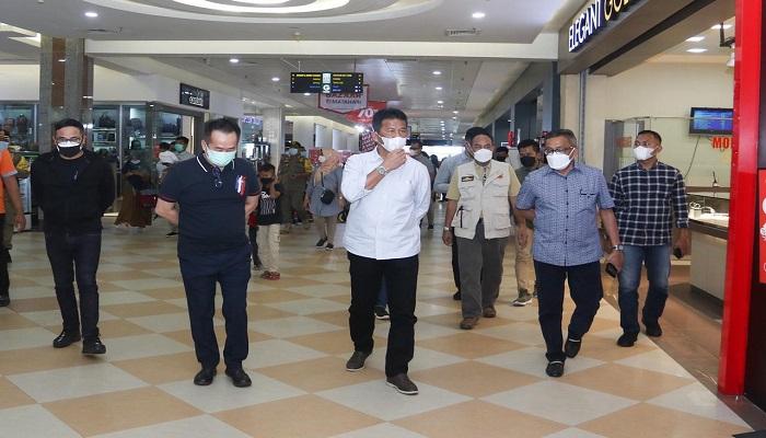 Wali Kota Batam, Muhammad Rudi Saat Meninjau Salah Satu Pusat Keramaian di Batam