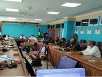Wan Arismunandar saat menyampaikan evaluasi kepada camat kepada Wan Siswandi